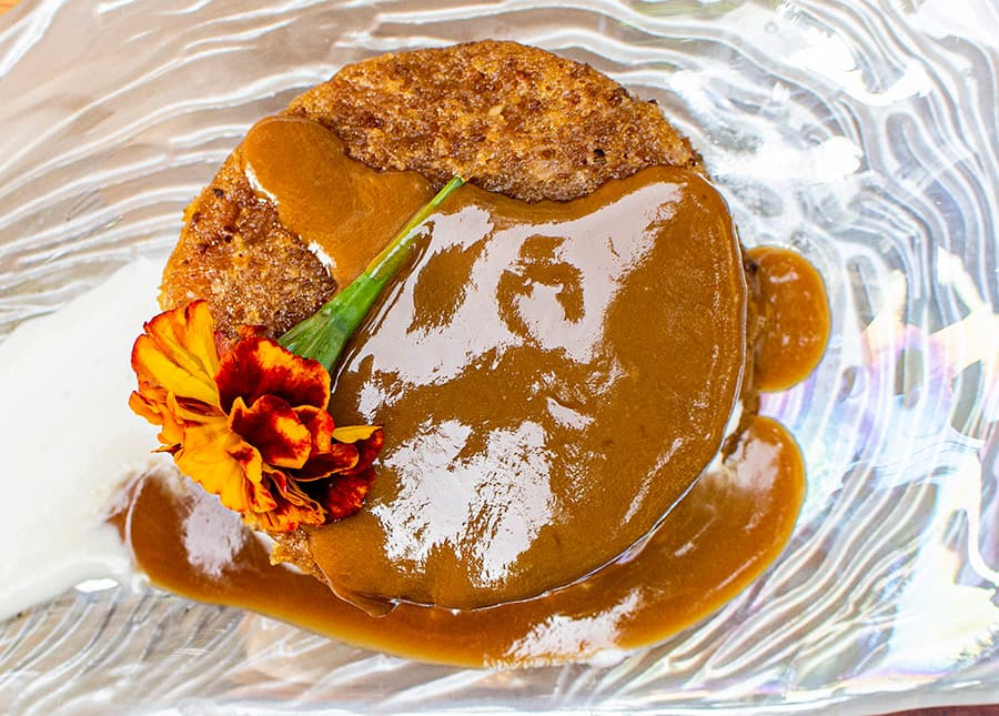 Cipote Queque: Sánduche de enyucado sabanero y helado de vainilla con salsa de viche y café