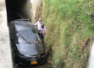 Carro sin frenos cayó a una quebrada