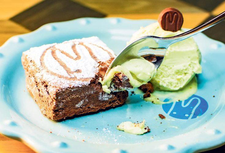 Brownie con helado de aguacate