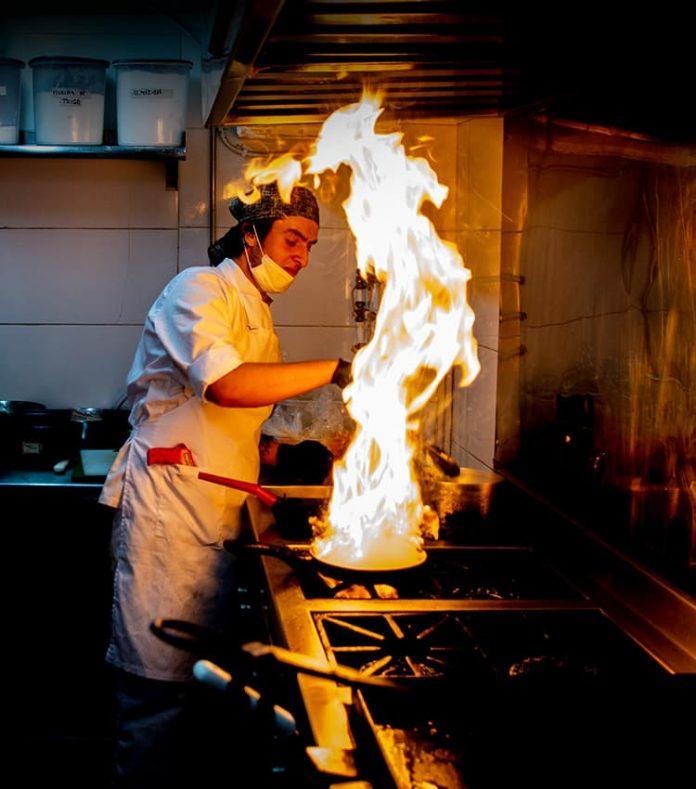 Varios cocineros se encargan de preparar todo lo que sale a la mesa. Al desayuno hay que probar los huevos revueltos turcos.