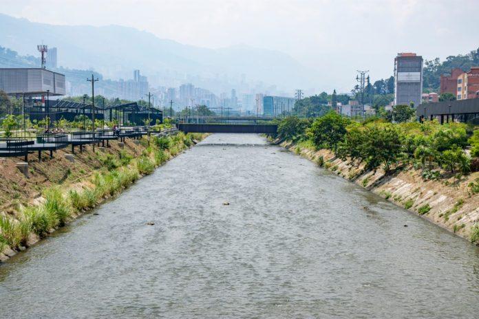 A pesar del agua transparente, el río Medellín está lejos de recuperarse