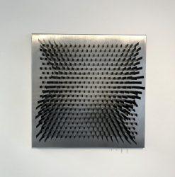 DANIEL SAMPER Sin título. De la serie Geometría volumetrica Láminas de acero sujetas con imanes sobre aluminio.