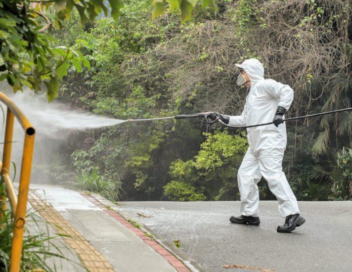 La Alcaldía y la empresa Enviaseo realizan tareas de limpieza y desinfección en espacios públicos.