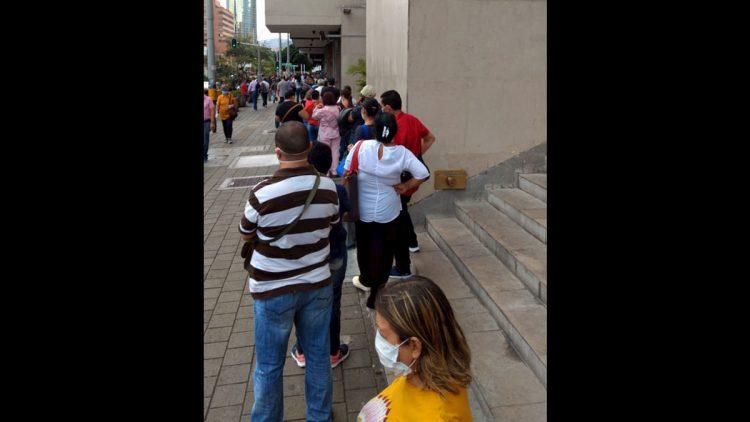 En cuarentena largas filas en el centro de Medellín
