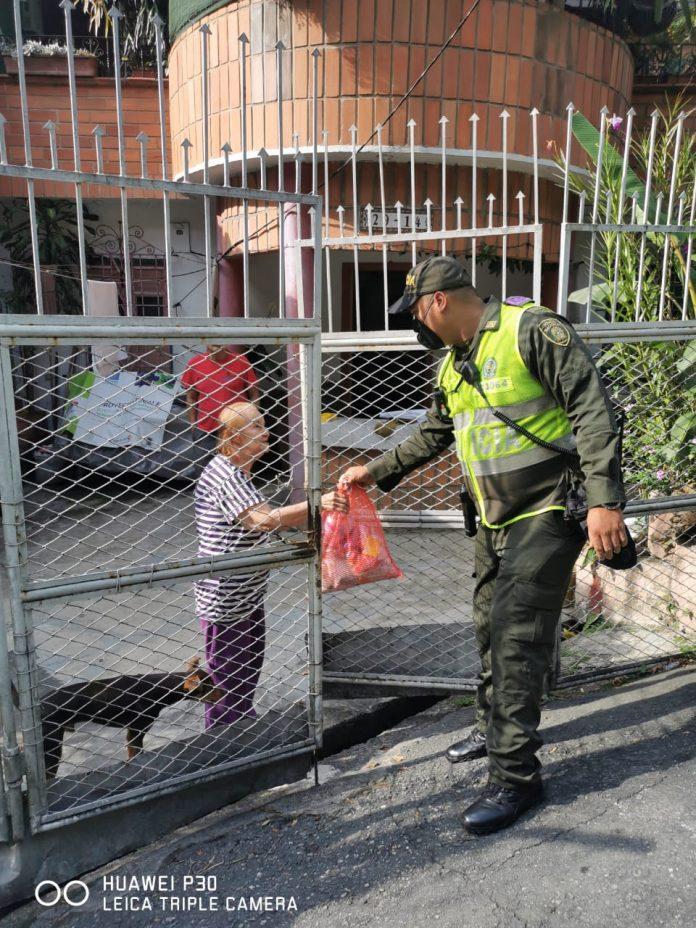 Policías del cuadrante apoyaron la labor de donación. Foto cortesía.