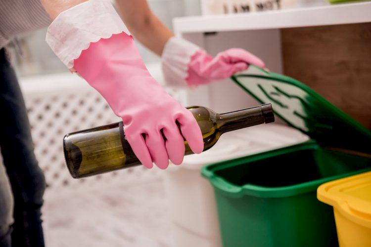En la fundación Botellas de amor enseñan a construir ladrillos ecológicos con los residuos que no son aprovechables.