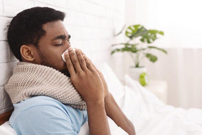 En el resfriado común los síntomas son estornudos, nariz congestionada y moqueo.