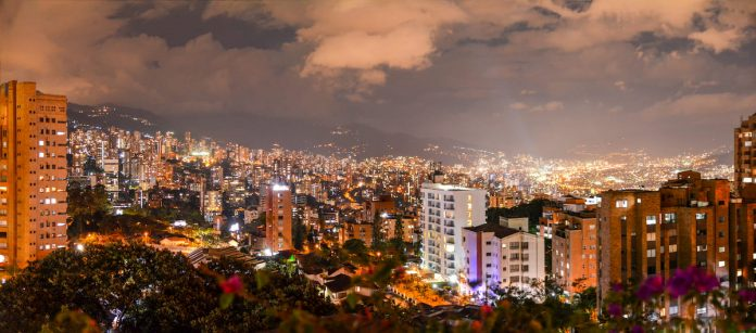 En Santa Isabel de Los Parra, San Charbel y otras viviendas invitan a vecinos a moderar sus fiestas que celebran en balcones hasta la madrugada. (Foto utilizada solo con fines ilustrativos).