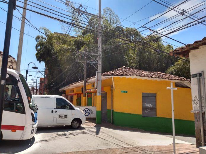 Esta es la esquina de la panadería que funciona al otro lado de mi casa. Esa es la calle que crucé sin tapabocas.