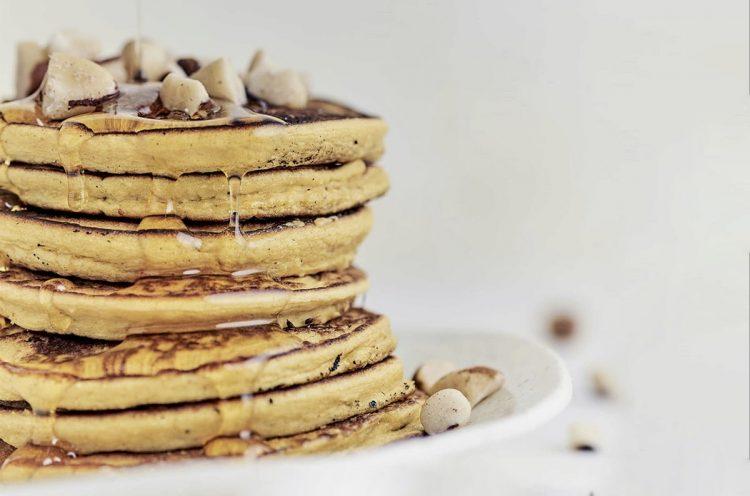 Pancakes de ahuyama y mantequilla de maní