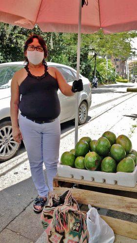 """""""A la Policía le dije que no puedo dejar de trabajar, que tengo que comer. Logré que me permitan estar aquí de 9 de la mañana a 2 de la tarde"""": Yolanda Ruiz."""