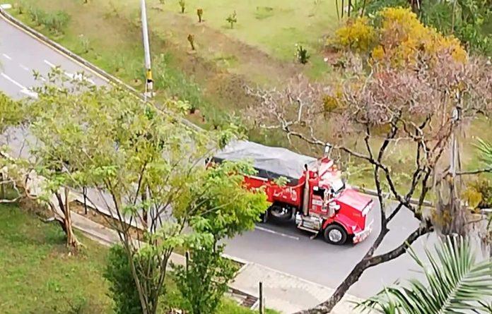 Imagen tomada del video ciudadano. La secretaría de Movilidad indicó que el paso de volquetas está autorizado y limitado a horarios.