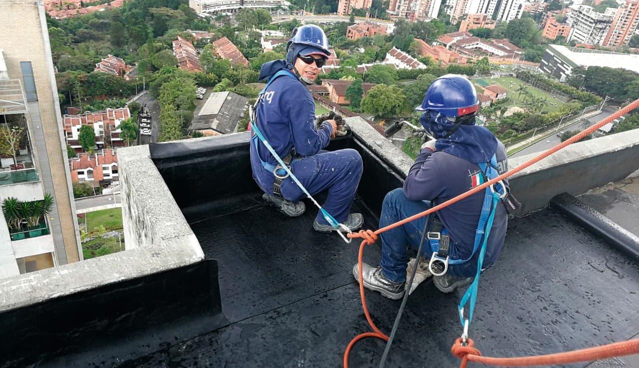 El mantenimiento de cubiertas y fachadas en altura, mejor con expertos