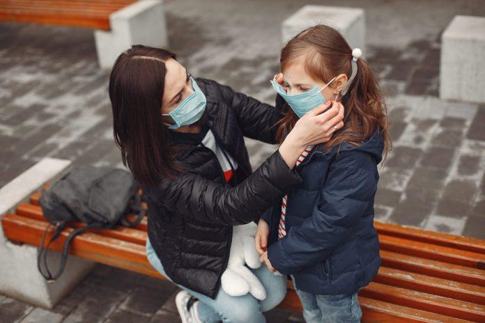 Un cuidador, también con requisitos de edad, podrá salir máximo con tres menores al espacio público.