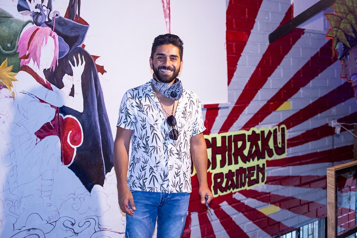 El muralista Diego Acosta aprovecha las noches de cuarentena para trabajar.