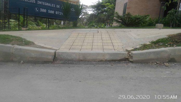 El desnivel debe ser máximo de un centímetro, aunque ese concepto está revaluado, señaló Berny Bluman, de Colombia Accesible. Imagen tomada de @Pobladoambiente