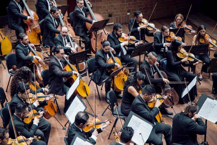 """""""Una orquesta es una mensajera de historia musical, de momentos de patriotismo, de momentos de reflexión y emoción"""", dice el maestro Carrizosa."""