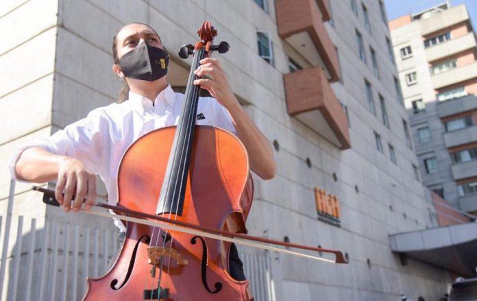 La Filarmónica llegó al Hospital General de Medellín a interpretar algunas canciones para personal de salud y pacientes