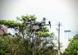 La información captada por los drones es transmitida en tiempo real al centro de mando y control y procesada por diferentes softwares de analítica.