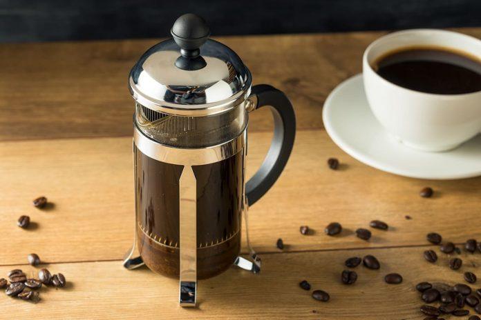 preparando café en prensa francesa