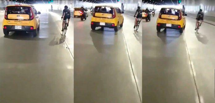 taxista que le tira el carro a ciclista en Parques del Río