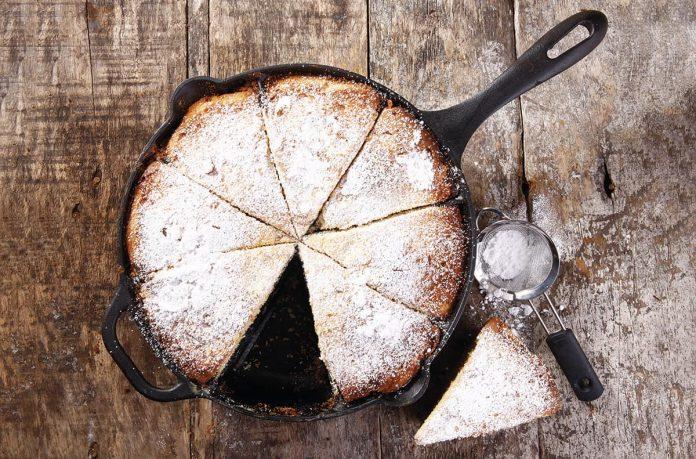 Torta casera en sartén de hierro fundido