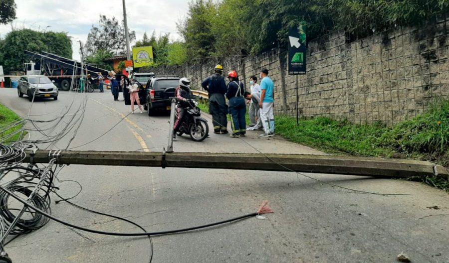 Vehículo que transporta estructuras metálicas hacia una obra civil se engancha con cables de energía al llegar a la curva del Guayabo, frente al restaurante La Mayoría, en El Escobero