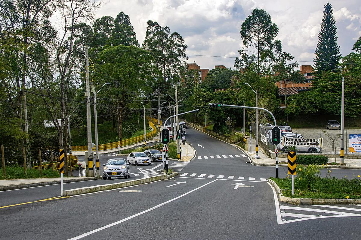 En 2020 la Alcaldía entregó la ampliación de la avenida 34 (foto arriba), entre calle 13  y quebrada La Escopetería, y el mejoramiento vial de la loma Los Mangos (foto abajo).