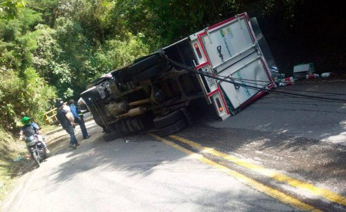 Vía al Escobero cerrada por volcamiento de un camión