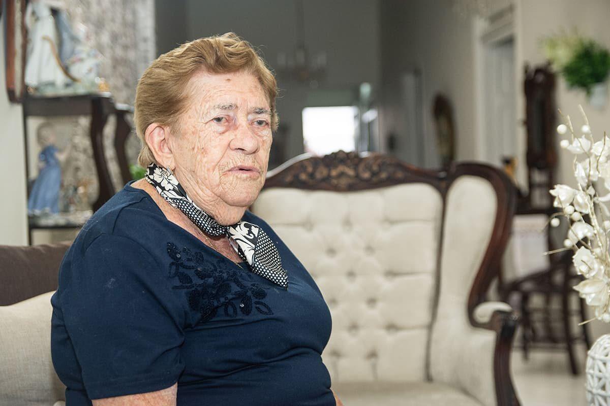 Doña María Isabel González lleva 55 años viviendo en el barrio La Mesa, de Envigado. Mucho qué contar.