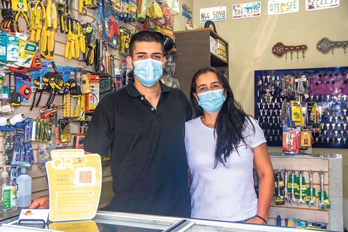 Sonia Valencia y su hijo, Samuel Murillo, dueños de Diego Llaves, en la calle 10 de El Poblado, saben que en su negocio la tecnología vende.