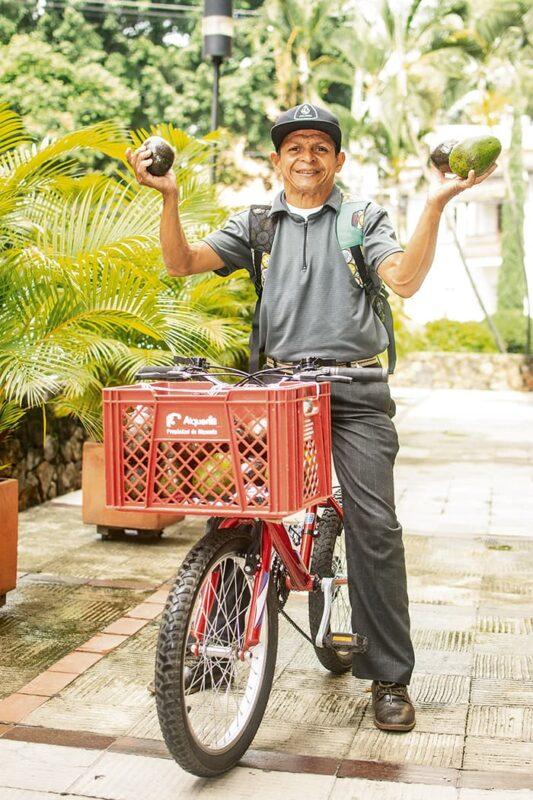 Pedro Puche solo vende aguacates por algunos barrios de Medellín. Lo ha hecho desde 1986, a pie, en bicicleta o en triciclo. Pero ahora, cansado, quisiera tener un ventorrillo que le permita estarse quieto.