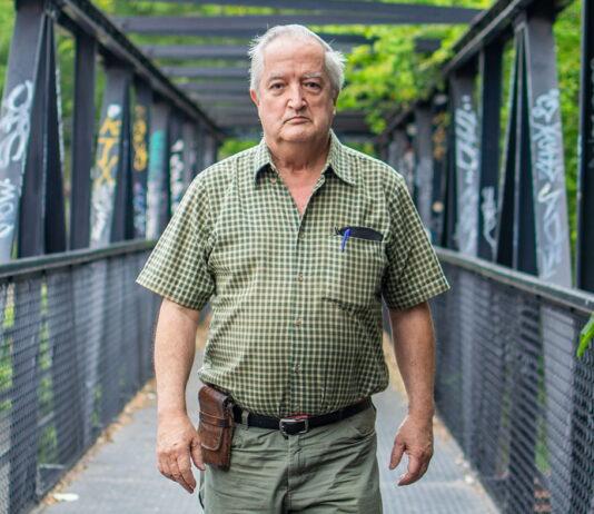 Juan Fernando Uribe Escalante es médico especializado en cirugía, que ha operado a habitantes con las más variadas dolencias, en pueblos abandonados de Antioquia, Chocó y Córdoba. Al principio con La Patrulla Aérea, y, desde hace 20 años, por cuenta propia.