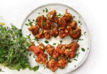Alitas de coliflor con salsa picante y pasta de tomate