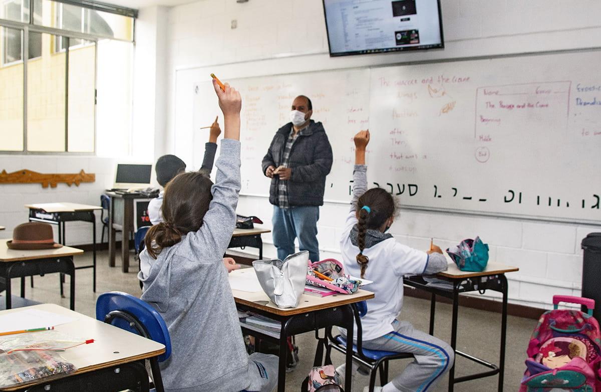 Todos los jueves, los estudiantes del Colegio Theodoro Hertzl se reúnen en grupos variados para estudiar y aprender más sobre sus creencias. También aprenden hebreo.