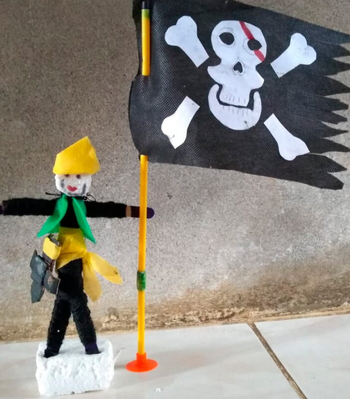 Estos muñecos piratas son el resultado de una actividad planteada en el programa. Los niños compartieron sus creaciones. Foto cortesía.