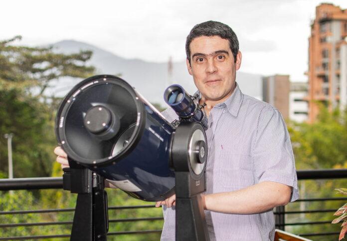 Juan Diego Serrano ha mezclado la astronomía y la filosofía e historia de las ciencias. Está a punto de terminar su doctorado en Canadá, luego de