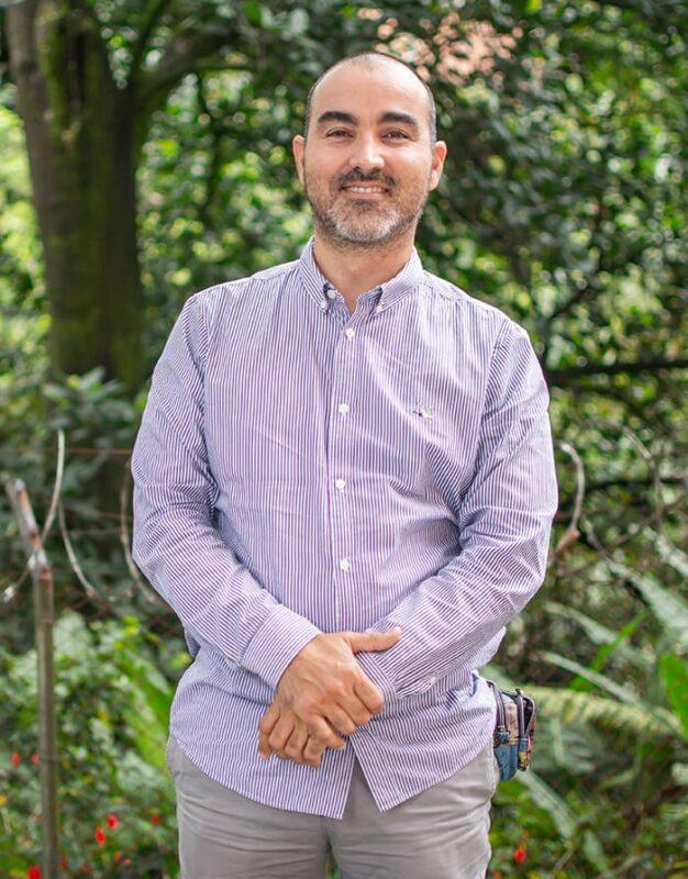 El médico Juan David Osorio es acompaña a pacientes terminales