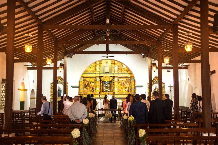 En el retablo central se buscó preservar el estilo barroco hispanoamericano del templo. Las imágenes fueron traídas de El Cuzco (sureste del Perú).