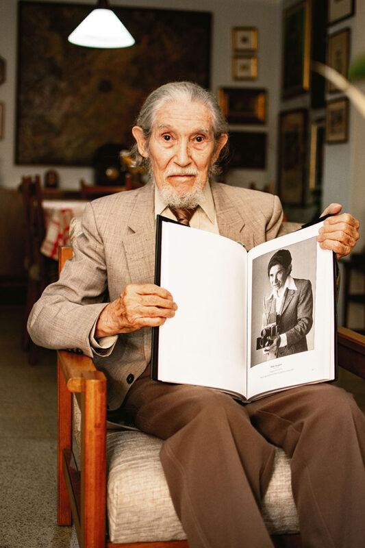 Pablo Guerrero, uno de los fundadores del Club Fotográfico de Medellín, entidad que recibió del Concejo la Orden al Mérito Don Juan del Corral, por sus 66 años de existencia.