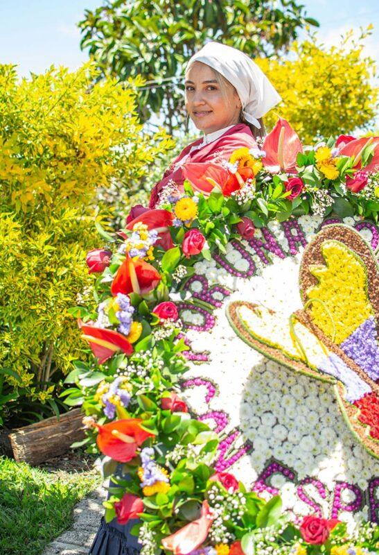 Daniela Zapata, bisnieta de Eladio Atehortúa, uno de los silleteros pioneros, sigue con orgullo la tradición familiar. Este año, a cambio del desfile en el espacio público, la alcaldía de Medellín ha programado un evento en el estadio Atanasio Girardot, el 22 de agosto.