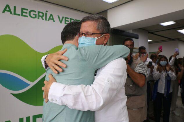 En cabeza de Luis Fernando Suárez, secretario de Gobierno, pero ante todo su amigo, funcionarios de la gobernación recibieron esta mañana con alegría a Aníbal Gaviria.