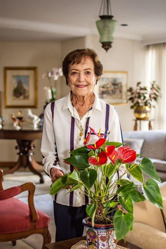 A sus 93 años, la sonrisa de Beatriz Londoño es el reflejo de toda una vida de servicio a los demás. Escanee el código QR para conocer la historia y los programas sociales de la fundación Beatriz Londoño.