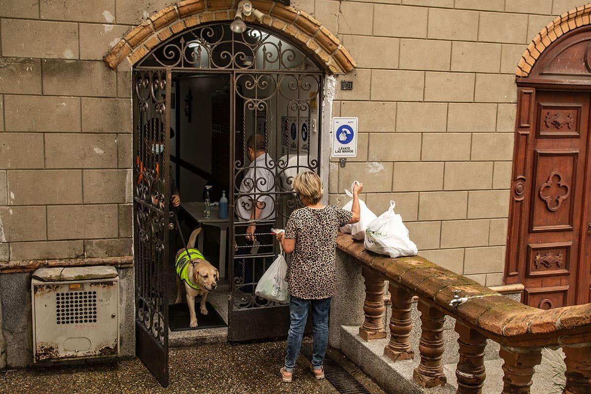 Los miércoles, las familias pueden ingresar útiles de aseo y alimentos, que dejan en la puerta. A lo lejos, a veces, ven fugazmente a sus seres queridos.