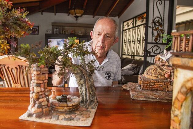 Don Alfredo Fernández prepara las piezas de su monumental pesebre, confiado en que la pandemia menguará pronto.