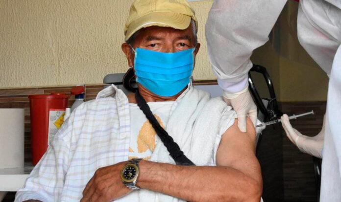 Aplicar 300.000 dosis al día en Colombia, la nueva meta del Minsalud