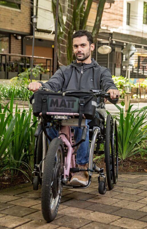 Este aparato es un vehículo, mitad silla de ruedas, mitad bicicleta eléctrica. Una forma diferente e innovadora que permite a los usuarios la inclusión.