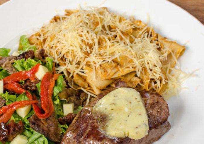 Solomito roquefort, pappardelle en salsa de pesto de rojo y ensalada Olivenza